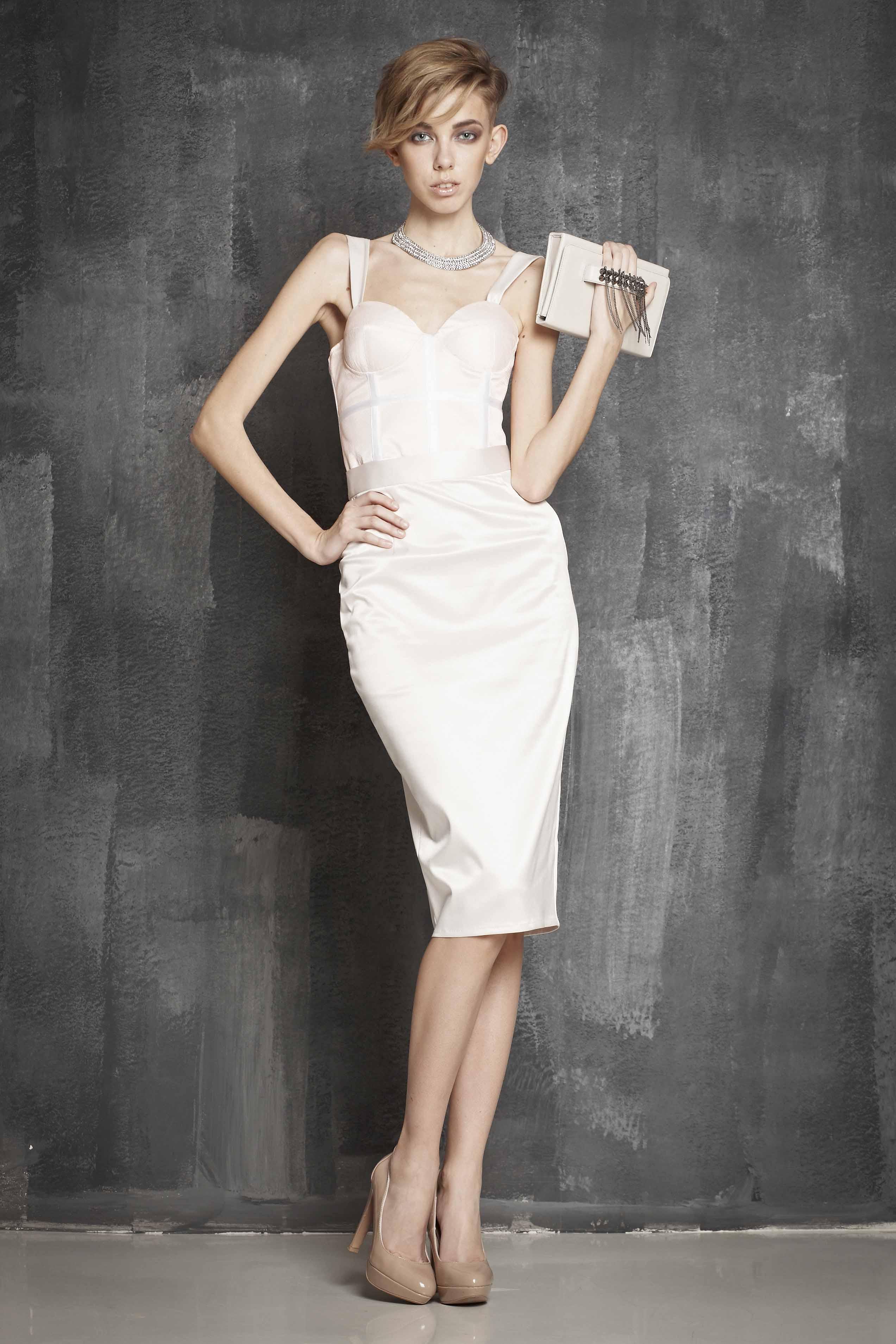 Казалось бы, простое платье-карандаш уже никого не удивит. Однако современные дизайнеры решили использовать этот фасон для свадебных платьев